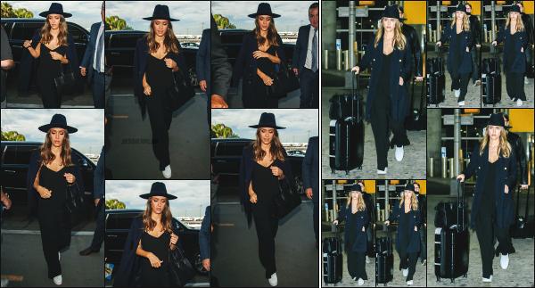 - 27.09.16 ─ La ravissante Jessica Alba est photographiée alors qu'elle arrivait à l'aéroport « LAX » de  Los Angeles ![/s#00000ize]Jessica quitte de nouveau la côte californienne pour rejoindre New York, quelques jours après son départ! Une tenue simple mais très jolie. Un beau top! -