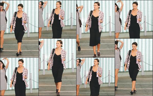 - 12.08.16 ─ Notre belle Jessica Alba est vue, allant à une réunion au « Pacific Design Center » à West Hollywood ! [/s#00000ize]Elle se rendait à la réunion pour son entreprise Honest Beauty. Sa tenue est totalement dans son style, longue robe et petite chemise en guise de veste!   -