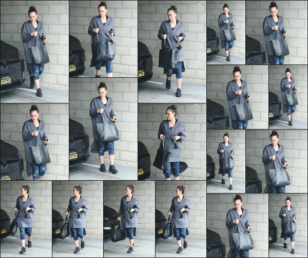 - 10.03.18 ─ Notre belle Jessica Alba est photographiée alors qu'elle arrivait à son cours de sport dans Los Angeles[/s#00000ize]Jessica A. portait une tenue de sport basique et très large pour le coup, comme à son habitude en ce moment ! Ce n'est pas sa meilleure tenue,  un flop !  -