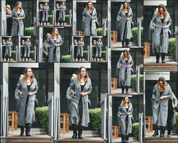 - 13.03.18 ─ Notre Jess' Alba est photographiée alors qu'elle venait de quitter le « Cafe Gratitude » à Los Angeles ![/s#00000ize]C'est avec les écouteurs dans les oreilles que nous retrouvons Jessica A. ce jour là, plutôt très souriante ce qui fait plaisir à voir ! C'est donc un jolie top ! -