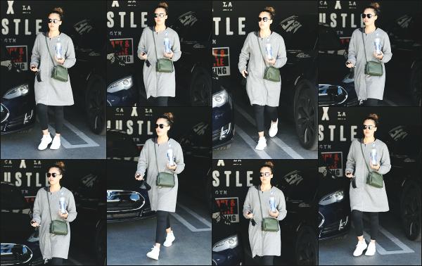 - 19.03.18 ─ Notre belle Jessica Alba est photographiée alors qu'elle arrivait à son cours de sport dans Los Angeles[/s#00000ize]Jessica A. portait une tenue de sport basique et très large pour le coup, comme à son habitude en ce moment ! Ce n'est pas sa meilleure tenue,  un flop !  -