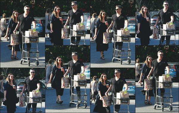 - 14.04.18 ─ Jessica' Alba est photographiée après avoir fait ses courses au « Bristol Farms » situé à Los Angeles ![/s#00000ize]Jessica et son mari Cash sont allés faire des courses ce jour là pour leur petite famille. Un look sombre pour Jessica, c'est dommage ! C'est donc un flop !   -