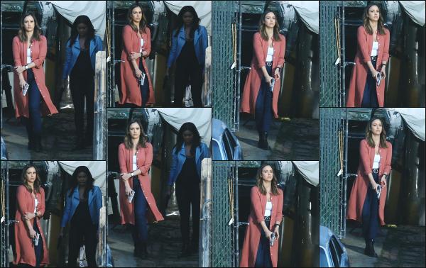 - 23.03.18 ─ Jessica Alba est photographiée alors qu'elle était sur le tournage de la série Bad Boys à Los Angeles ![/s#00000ize]Jess est l'une des actrices principale de cette nouvelle série avec Gabrielle Union.  Plusieurs clichés ont été pris ce jour là alors qu'elle tournait une scène.  -