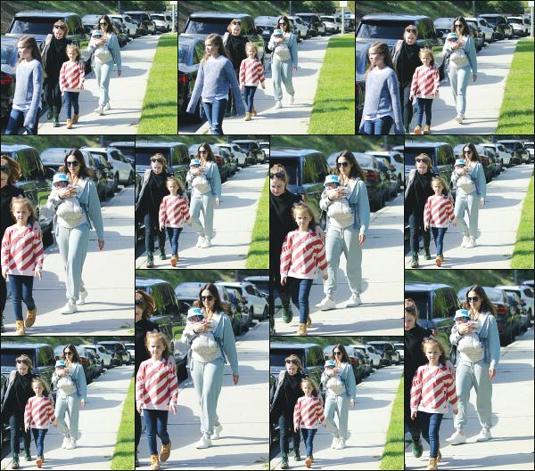 - 19.04.18 ─ Notre Jessica Alba est aperçue alors qu'elle quittait un parc avec ses filles et Hayes dans Beverly Hills ! [/s#00000ize]Petite sortie familiale comme a son habitude, Jessica passe énormément de temps avec ses enfants! Une tenue très décontractée, c'est dnc un petit top !  -