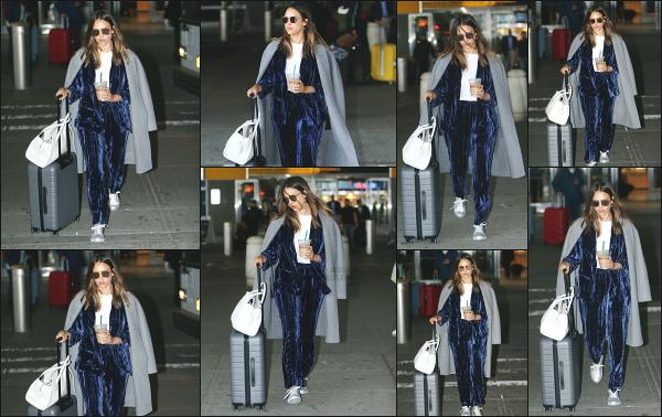 - 07.05.18 ─ Jess Alba est photographiée alors qu'elle venait d'attérir à l'aéroport « JFK » qui se situe à New York ! [/s#00000ize]Jessica débarque donc à New York, après plusieurs mois sans y être allé, certainement à cause du petit Hayes! Tenue confortable, je ne suis pas très fan  -