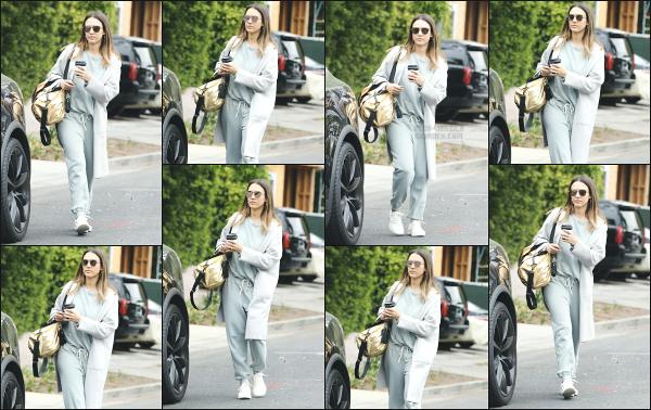 - 19.05.18 ─ Jessica Alba est photographiée après avoir été acheter une boisson chaude avec sa fille à Beverly Hills[/s#00000ize]Jessica porte à nouveau de survêtement, une tenue qu'elle met assez souvent en ce moment, elle doit être très confortable pour la jeune maman! Un flop -