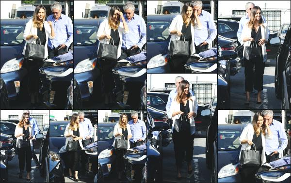 - 23.05.18 ─ Jessica' Alba est photographiée alors qu'elle se rendait à une réunion professionnelle à Beverly Hills ![/s#00000ize]Jessica porte une combinaison noire, très classique mais aussi qui à l'air très confortable ! Nous la retrouvons souriante, ca fait plaisir à voir ! Un beau top -