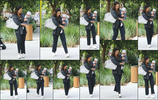 - 19.06.18 ─ Jessica Alba est photographiée alors qu'elle arrivait dans les locaux de « The Honest » à Los Angeles ![/s#00000ize]C'est cette fois ci aux côtés de son petit garçon Hayes que nous la retrouvons alors qu'elle se rendait à son entreprise ! Une tenue confortable pour Jess !  -