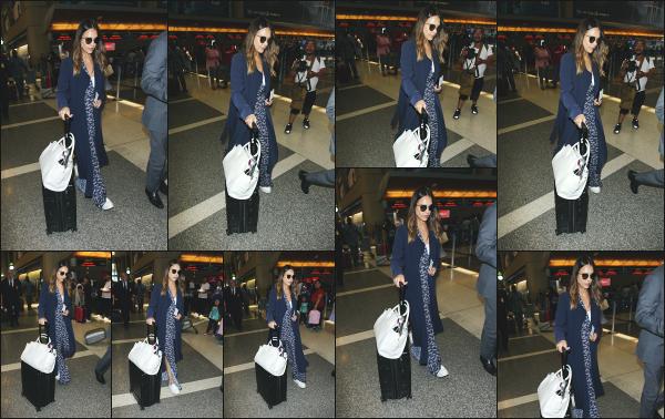 - 10.06.18 ─ Jessica Alba et son mari sont photographiés alors qu'ils arrivaient à l'aéroport « LAX » de Los Angeles [/s#00000ize]Jessica se rend à l'aéroport pour décoller dans une direction encore inconnue ! Jessica est souvent en combi en ce moment, la tenue très confortable. Top  -