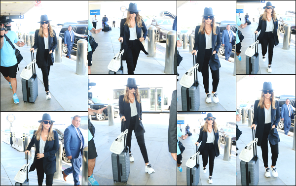 - 25.06.18 ─ Jessica Alba et son mari sont photographiés alors qu'ils arrivaient à l'aéroport « LAX » de Los Angeles [/s#00000ize]Jessica se rend à l'aéroport pour décoller en direction de Londres ! Jessica porte une tenue plutôt classe pour un voyage en avion cette fois ci ! Petit top !   -