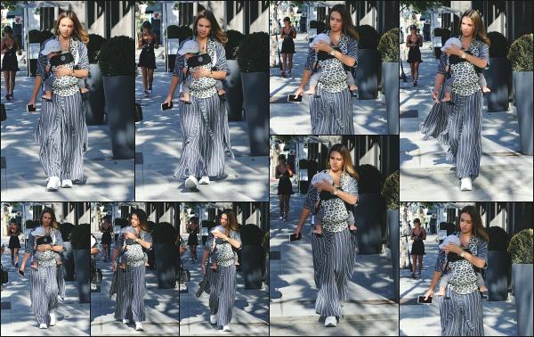 - 13.07.18 ─ Notre Jessica Alba est aperçue avec son fils Hayes et une amie, allant faire du shopping à Beverly Hills[/s#00000ize]Jess et son amie allait dans un magasin de meuble & décorations ce jour là ! Elle est donc bel et bien revenue du Mexique! Peu de news en ce moment... -