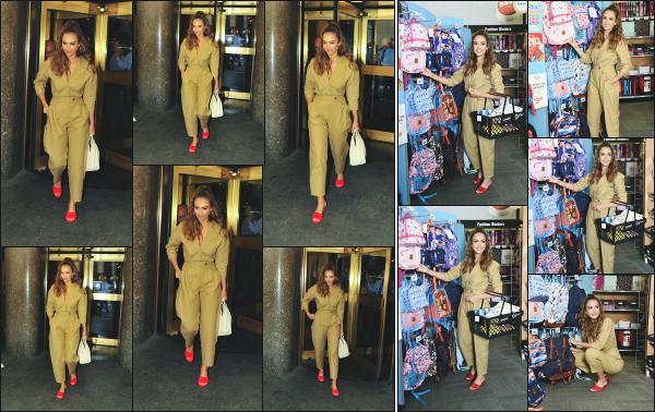 - 24.07.18 ─ Jessica Alba est aperçue alors qu'elle quittait les studios de la chaîne « NBC » qui se situe à New York.[/s#00000ize]Quelques minutes plus tard, c'est dans une boutique pour fournitures scolaire que nous la retrouvons, en train de faire des achats pour ses filles ! Un top.  -