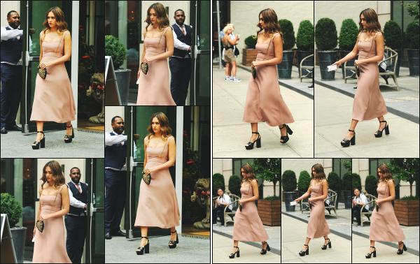 - 08.08.18 ─ Notre belle Jessica Alba est photographiée ce jour là en quittant son hôtel dans les rues de New York[/s#00000ize]Jessica s'est préparé dans son hôtel pour se rendre à l'évènement Nylon Beauty qui se déroule également dans la ville de New York ! Une très jolie robe ! -
