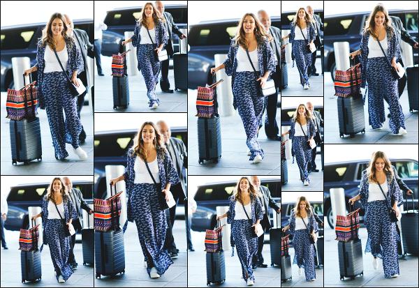 - 09.08.18 ─ Notre belle  Jessica Alba est photographiée alors qu'elle arrivait à l'aéroport « JFK » situé à New York ! [/s#00000ize]Jessica se rend à l'aéroport pour décoller en direction de Los Angeles, un retour à la maison après ce court séjour à New York ! Une très jolie tenue, top !  -