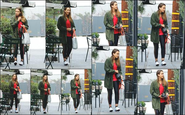 - 29.09.18 ─  Notre belle Jessica Alba est photographiée après sa séance de sport avec des amis dans Los Angeles.[/s#00000ize]Après sa séance de sport quotidienne, Jessica s'est arrêté sur une terasse d'un café avec ses amis pour se détendre un petit peu, en petite tenue de sport -