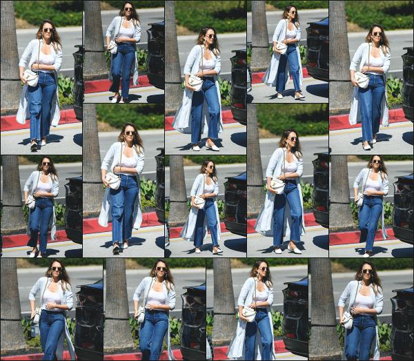 - 01.10.18 ─  Notre belle Jessica' Alba est aperçue en se rendant au « Century City Mall » du côté de Santa Monica ![/s#00000ize]C'est cette fois ci dans une tenue un peu plus travaillé que la dernière que nous la retrouvons ce jour là ! Je n'accroche pas du tout avec le look, un flop !  -