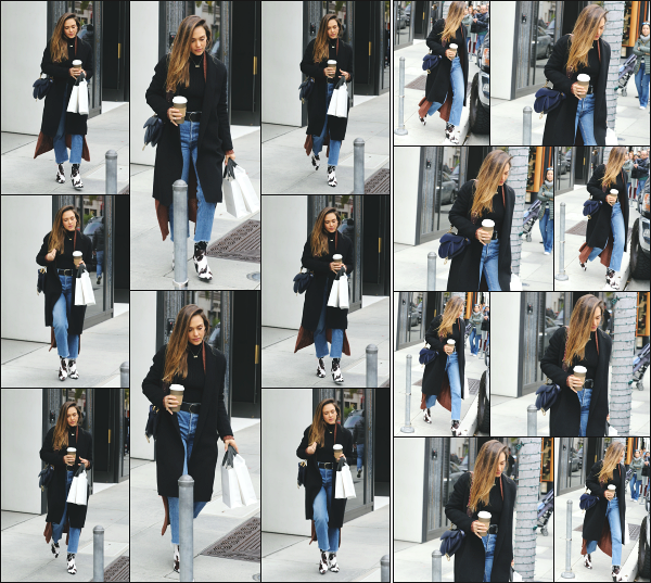 - 17.02.19 ─  Notre très belle Jessica' Alba  est aperçue en pleine séance de shopping dans les rues de Beverly Hills ![/s#00000ize]C'est avec un café à la main que nous retrouvons Jess' A. ce jour là, alors qu'elle venait de sortir d'une boutique ! Concernant sa tenue, c'est un jolie look  -