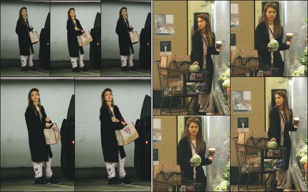 - 09.03.19 ─  Notre ravissante Jessica Alba est aperçue en faisant ses courses au « Whole Foods » dans Beverly Hills[/s#00000ize]Nous retrouvons enfin notre Jessica après un moment ! Elle n'est malheureusement pas très souriante sur les clichés. Concernant la tenue, c'est un flop !    -