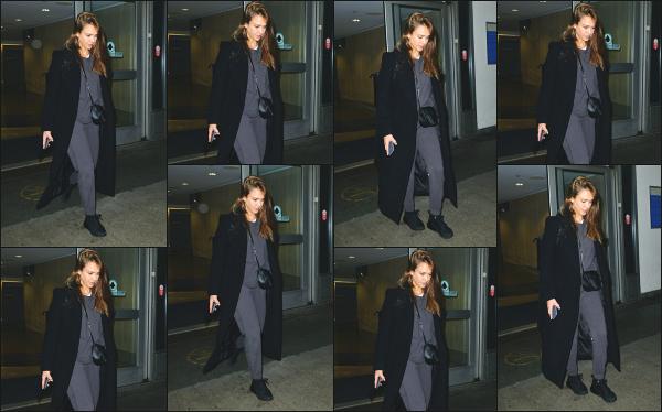 - 29.03.19 ─ Notre Jess' A. est photographiée alors qu'elle venait d'arriver à l'aéroport « LAX » situé à Los Angeles ![/s#00000ize]C'est dans un look plutôt (très) décontracté que nous aperçevons Jessica ce jour là, après quelque temps sans news !! Je n'aime pas trop la tenue, flop !  -
