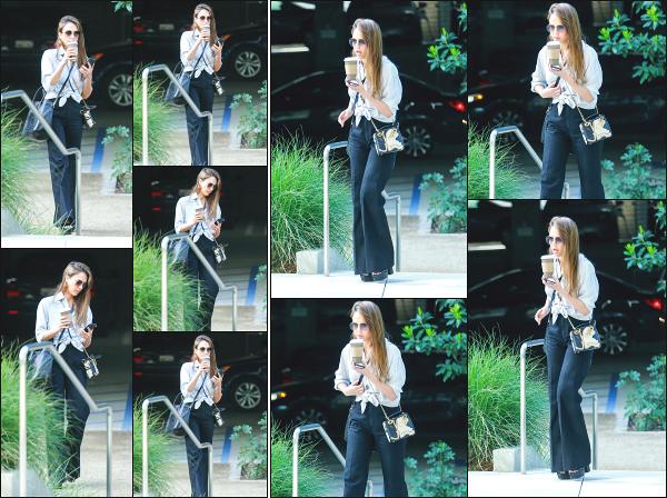 - 23.04.19 ─  Jessica' Alba est aperçue alors qu'elle venait de quitter une réunion dans ses bureaux à Los Angeles ![/s#00000ize]Notre Working Girl est de retour, puisqu'elle a été aperçue en quittant les locaux de The Honest Beauty. Concernant sa tenue, je n'aime pas du tout. Flop -