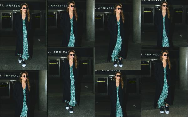 - 03.05.19 ─ La très belle Jessica Alba est photographiée alors qu'elle venait d'atterrir à l'aéroport de Los Angeles ![/s#00000ize]Jessica A. revient de son petit séjour à Marrakech ou elle y a fêté ses 38 ans au côté de son mari, Cash Warren ! Je n'aime pas du tout sa tenue, un flop.  -