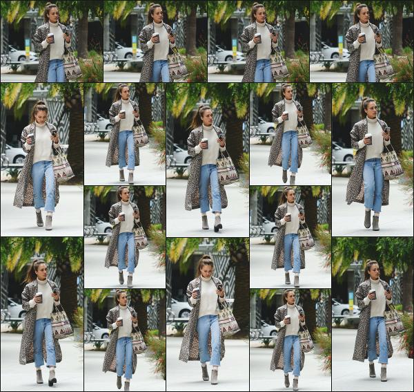 - 08.05.19 ─  Jessica Alba est photographiée alors qu'elle se rendait dans un immeuble de bureaux à Los Angeles ![/s#00000ize]Jessica se rendait dans cet immeuble ce jour là, avec un petit café à la main pour un meeting professionnel concernant sa société The Honest. Beau top !  -