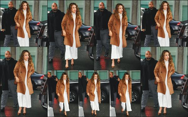 - 13.05.19 ─ Notre  Jess' Alba est photographiée en arrivant devant les locaux de la radio « Sirius XM » à New York ![/s#00000ize]Jessica est en pleine promo pour la sortie de sa nouvelle série L'A's Finest, au côté de Gabrielle Union qui joue un rôle à ses côtés. Pas fan du look ! Flop. -