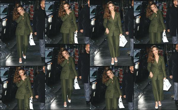 - 13.05.19 ─ Notre  Jessica est photographiée en arrivant dans le batiment du « The Wing » dans SoHo à New York ![/s#00000ize]Jessica est en pleine promo pour la sortie de sa nouvelle série L'A's Finest, au côté de Gabrielle Union qui joue un rôle à ses côtés. Pas fan du look ! Flop. -
