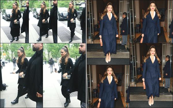 - 14.05.19 ─ Notre belle Jessica Alba est photographiée  alors qu'elle quittait son hôtel dans la ville de - New York ![/s#00000ize]Jess' est sortie à deux reprises ce jour là, notamment pour se rendre sur le plateau du « Live with Kelly and Ryan » toujours en pleins promo sur la série. -