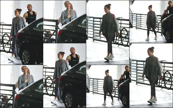 - 06.10.18 ─ Notre Jess Alba est photographiée alors qu'elle venait de quitter son cours de sport dans Los Angeles[/s#00000ize]Jessica A. portait une tenue de sport basique et très large pour le coup, comme à son habitude en ce moment ! Ce n'est pas sa meilleure tenue,  un flop !  -