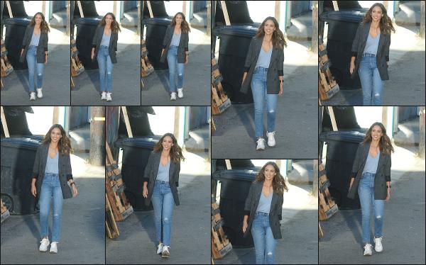 - 14.11.18 ─  Notre ravissante Jessica Alba est aperçue sur le tournage de  la série « L.A Finest » dans Los Angeles ![/s#00000ize]Jessica A. était au côté de Gabrielle Union lors du tourange de cette scène. Je ne suis vraiment pas fan de son look, je trouve que ca la boudine un peu...  -