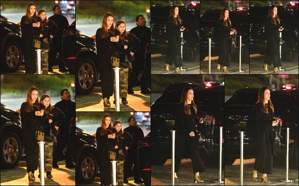 - 02.02.19 ─  Notre très belle Jessica Alba W. est aperçue alors qu'elle emmené ses filles au cinéma à Los Angeles ![/s#00000ize]C'est dans une tenue totalement noire que nous retrouvons Jessica ce soir là, accompagnée de ses deux filles, Honor et Haven ! C'est donc un petit flop ! -