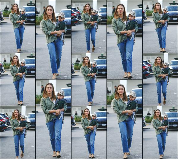 - 22.11.18 ─  Notre belle Jessica Alba est aperçue en faisant ses courses au magasin « Bristol Farms » à Los Angeles[/s#00000ize]C'est cette fois ci avec le petit Hayes que nous retrouvons Jess' Concernant la tenue qu'elle porte, j'aime plutôt bien son look et celui du petit. Beau top ! -