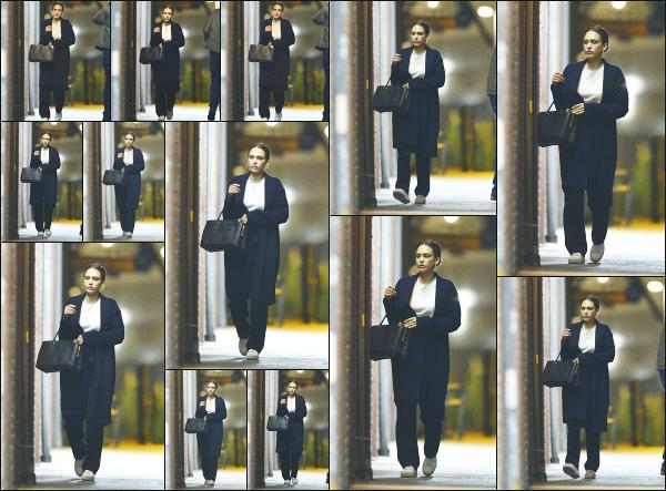 - 31.05.19 ─ Notre ravissante Jessica Alba est photographiée alors qu'elle se trouvait dans les rues de Los Angeles.[/s#00000ize]C'est à une heure assez tardive que nous retrouvons Jessica ce soir là dans les rues de Los Angeles... Une tenue assez peu travaillé, ce sera donc un flop.  -