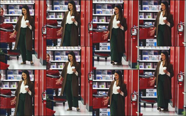 - 21.11.18 ─  Notre belle Jessica' Alba W. est aperçue en faisant ses courses au magasin « Target » de Los Angeles ![/s#00000ize]Notre jolie Jessica est probablement dans les derniers préparatifs de Thanksgiving ! Concernant la tenue qu'elle porte, j'aime plutôt bien son look ! Un top -