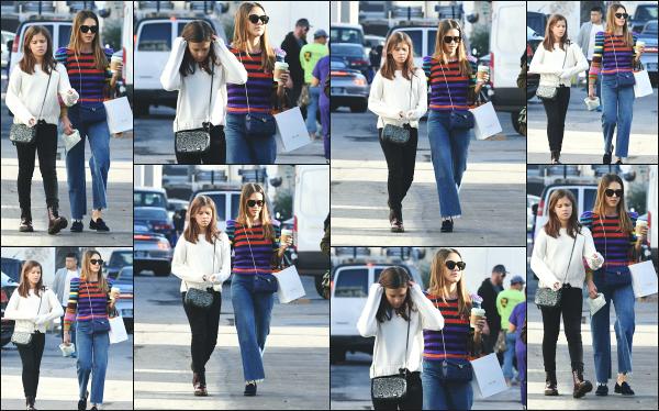 - 21.12.18 ─ La belle Jess' Alba est photographiée en pleine promenade avec sa fille Honor du côté à Beverly Hills ! [/s#00000ize]C'est une journée mère-fille pour Jessica et Honor, qui n'est plus une petite fille à présent. Concernant la tenue de Jessica, c'est tout a fait son style. Top !  -