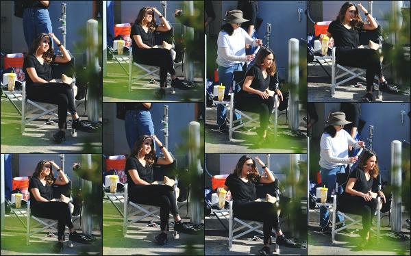 - 28.11.18 ─  Notre ravissante Jessica Alba est aperçue sur le tournage de  la série « L.A Finest » dans Los Angeles ![/s#00000ize]Jessica A. était au côté de Gabrielle Union lors du tourange de cette scène. Je ne suis vraiment pas fan de son look, je trouve que ca la boudine un peu...  -