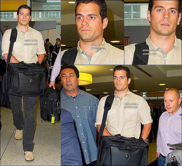 """11/06/13 : Henry portant son sac d'ordinateur a été vu à l'aéroport JFK a New York pour un vol  +INFOS EN PLUS : Henry a déclaré sur sa célébrité  « """"Je ne sais pas si vous pouvez être prêt pour ça, pour être honnête. Il n'y a pas de savoir ce qu'il va se sentir comme et comment il va affecter ma vie » Il a ajouté: """"Je pense que ce que je vais faire est de simplement profiter du voyage, surfer sur la vague, et si les coups viennent, rouler avec eux.""""» (infos justjared.com)"""