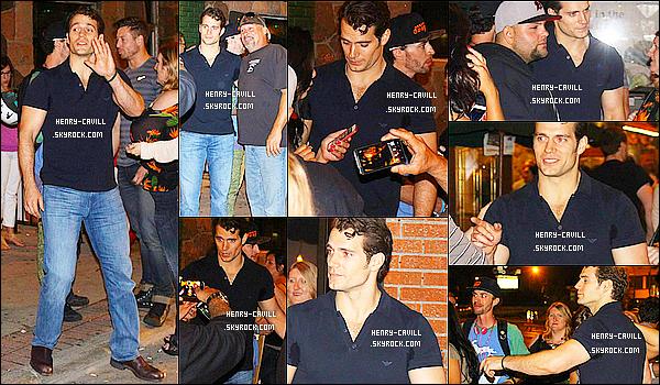 . 20/07/2014 : Henry a été vu faisant une pause sur le tournage de « Batman vs Superman » à  Détroit    Enfin de vraies news du beau Henry qui se trouve au Michigan aux Etats-Unis , ça faisait longtemps, Mister Henry est comme toujours souriant  .