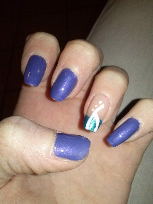 Bleu foncé, bleu nacré et dessin blanc