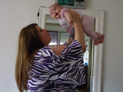 me voici avec ma fille qui a eu c'est 4 mois en ce mois de mai !! ma fierté ma reson d'etre ..