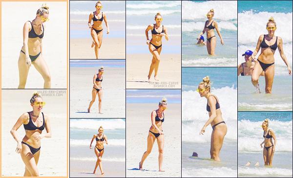 - 09/01/18 - Miley Ray Cyrus et Liam Hemsworth ont été vu alors qu'ils se baignaient et s'amusaient à  Byron Bay - AU.• • Notre Cyrus a donc exposé son corps de rêve ce jour-là, elle est vraiment souriante et adorable, j'adore la voir comme ça, un gros top pour le couple-