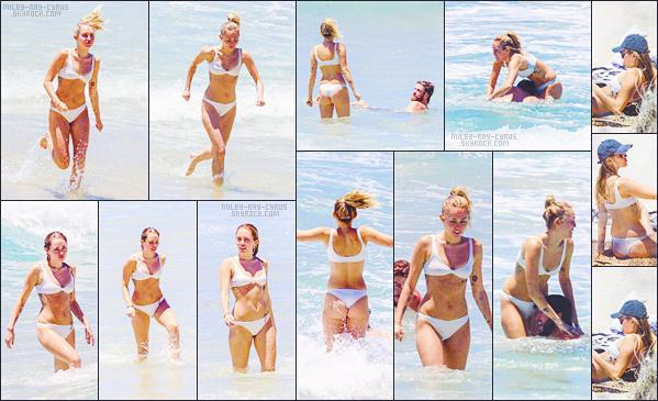 - 07/01/18 - Miley Ray Cyrus et Liam Hemsworth ont été vu alors qu'ils se baignaient et s'amusaient à  Byron Bay - AU.• • Voici notre miss Miley Cyrus dans un bikini deux pièces blanc, qui lui va à merveille, il faut se l'avouer tout de même, je lui donne donc un joli top !-