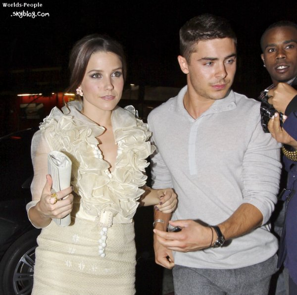 La Belle Sophia Bush & Le Beau Zac Efron arrivant ensemble au Kick Off 2011 Godlen Globes Awards. Après avoir sans disant danser coller serré avec la Miss Hudgens ! On aura tout vu ^^