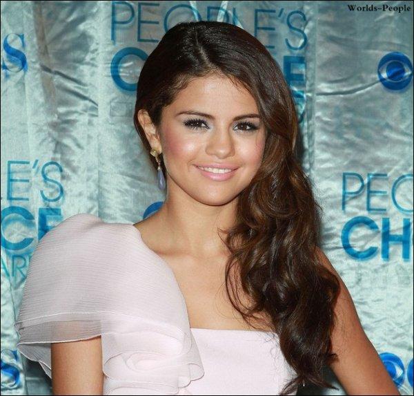 .  ←, le 27 Janvier > Selena aperçue en compagnie de Justin Bieber alors qu'ils sortaient d'un cinéma.  .