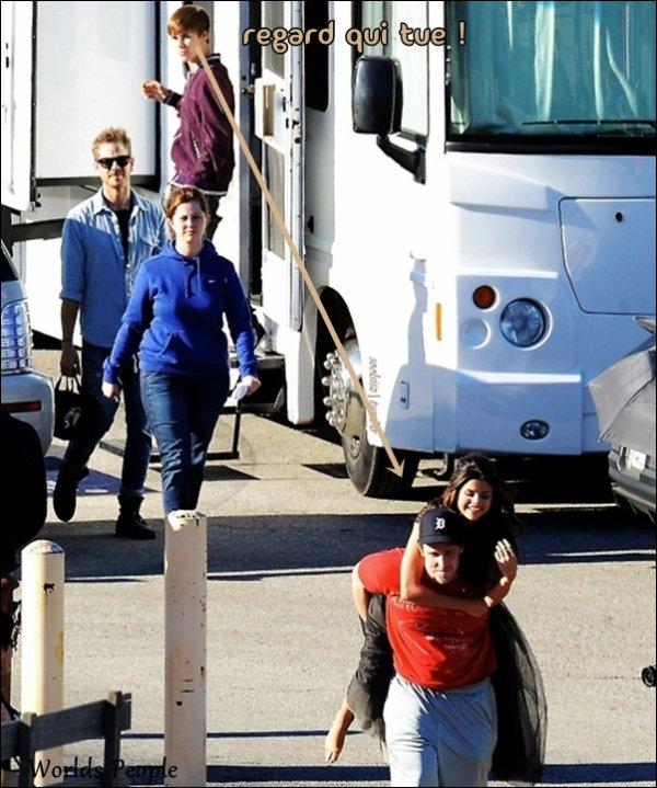 . 13 Février > Miss Gomez était à la cérémonie des Grammy Award's... Très souriante, et Magnifique ♥.  + De Nouvelles photos de Selena sur le tournage de son nouveau Clip ! (: . .