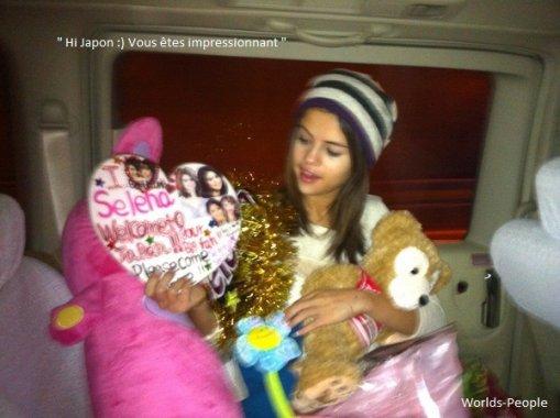 . Selena arrivant avec deux tenues différentes (?!), lunettes à la Bieber à l'aéroport de Tokyo accueillis par les fans .