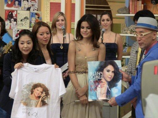 . Hier soir, Selena à donner un concert -privé- à Tokyo. Deux photos du concert dont un autographe de miss Gomez.