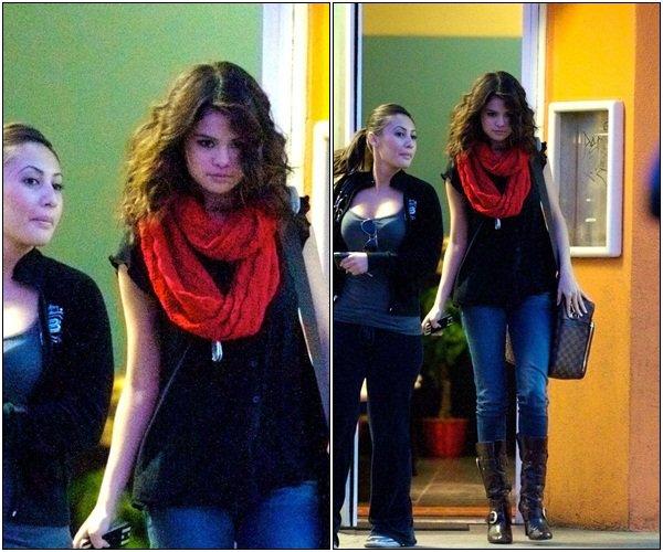 . 7 Mars > Selena accompagnée de Francia Raisa, est sortie d'un restaurant à Los Angeles.  .