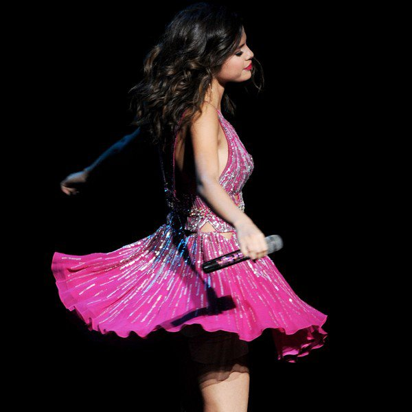 . 20 Mars > C'est une Selena ravissante toujours avec son écharpe rouge qui était présente au Concert Hope 2011 en compagnie de son groupe...  .  Who Says ♪ Magie ♪ More ♪ Naturally ♪ Off The Chain ♪ Round & Round .